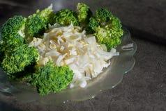 Alho-porro e brócolis na placa Foto de Stock