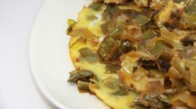 Alho-porros, cozinhados com ovo imagens de stock royalty free