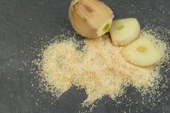 Alho seco no fundo preto Ingredientes aromáticos tradicionais no alimento Imagem de Stock