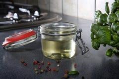 Aliño de ensaladas en el tarro de cristal Fotografía de archivo libre de regalías