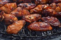 Ali di bufalo del pollo cucinate sulla griglia del fumo Immagine Stock