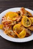 Ali di pollo agrodolci con le arance, servite con sesamo sul piatto bianco Immagini Stock Libere da Diritti