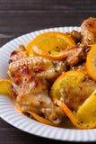 Ali di pollo agrodolci con le arance, servite con sesamo sul piatto bianco Fotografie Stock Libere da Diritti