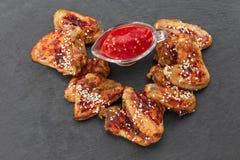 Ali di pollo al forno con sesamo e salsa Priorità bassa dell'alimento Vista superiore immagini stock libere da diritti