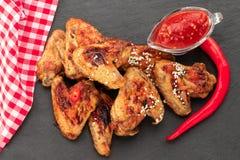 Ali di pollo al forno con sesamo e salsa Priorità bassa dell'alimento Vista superiore fotografie stock