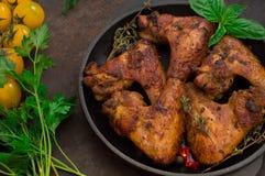 Ali di pollo al forno in teglia da forno Fuoco selettivo Priorità bassa di legno Primo piano Vista superiore Fotografie Stock Libere da Diritti