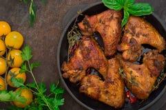 Ali di pollo al forno in teglia da forno Fuoco selettivo Priorità bassa di legno Primo piano Vista superiore Immagini Stock Libere da Diritti