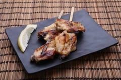 Ali di pollo arrostite saporite con calce fotografie stock