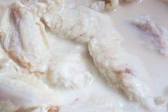 Ali di pollo che marinano Fotografie Stock