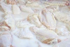 Ali di pollo che marinano Immagine Stock Libera da Diritti