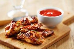 Ali di pollo con la salsa di sriracha Fotografie Stock