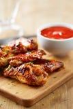 Ali di pollo con la salsa di sriracha Fotografie Stock Libere da Diritti