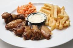 Ali di pollo con le fritture Fotografie Stock