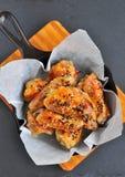 Ali di pollo con salsa agrodolce con sesamo sulla pentola Immagine Stock Libera da Diritti