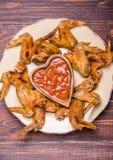 Ali di pollo del BBQ con salsa Fotografia Stock