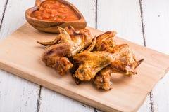 Ali di pollo del BBQ con salsa Fotografia Stock Libera da Diritti
