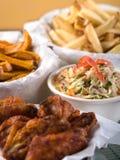 Ali di pollo e patate fritte fotografia stock libera da diritti