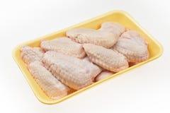 Ali di pollo fresche da vendere in pacchetto fotografia stock libera da diritti