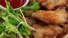 Ali di pollo fritto stock footage