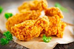 Ali di pollo fritto croccanti sulla tavola di legno fotografia stock