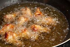 Ali di pollo fritto nella pentola Immagine Stock