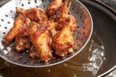 Ali di pollo fritto nella pentola Immagini Stock