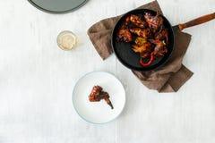 Ali di pollo fritto in salsa di soia, miele, tavola di legno, birra immagini stock libere da diritti