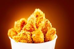 Ali di pollo fritto Secchio in pieno del pollo fritto croccante del Kentucky fotografie stock libere da diritti