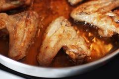 Ali di pollo fritto Ali di pollo in una pentola immagini stock libere da diritti