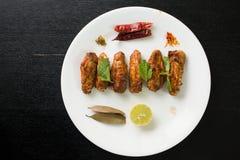 Ali di pollo su una zolla Fotografia Stock