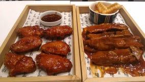 Ali e costole di pollo con le fritture Fotografie Stock