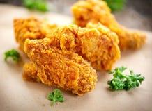 Ali e gambe di pollo fritto sulla tavola di legno fotografie stock libere da diritti
