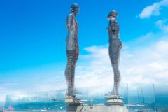 Ali et Nino, OS en mouvement de statues un homme et une femme, point de repère sur le bord de mer de Batumi photos libres de droits