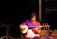 Ali Khan van Amaan spelen Sarod in Bahrein Stock Afbeelding