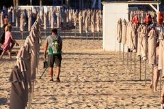 ALIACNTE, ESPAGNE, VERS des hommes en juillet 2018 avec un détecteur de métaux à la plage Photo libre de droits