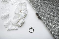 Aliança de casamento com a liga no fundo branco Foto de Stock Royalty Free