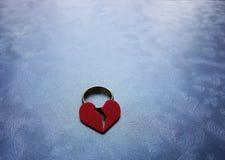 Aliança de casamento do coração quebrado Imagens de Stock Royalty Free