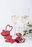 Aliança de casamento do diamante em um vidro do champanhe para a proposta Imagem de Stock Royalty Free