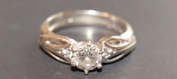 Aliança de casamento do diamante isolada no fundo preto fotografia de stock royalty free