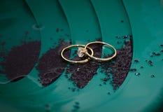 Aliança de casamento e anel de noivado Fotos de Stock