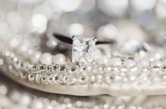 Aliança de casamento em lantejoulas e em pérolas foto de stock