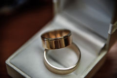 Aliança de casamento na tabela Imagens de Stock Royalty Free