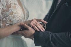 Aliança de casamento no dedo das noivas Foto de Stock Royalty Free
