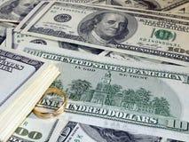 Aliança de casamento no dinheiro Foto de Stock Royalty Free