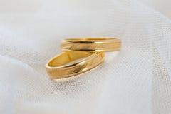 Aliança de casamento no véu branco Fotografia de Stock