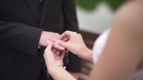 A aliança de casamento veste-se acima video estoque