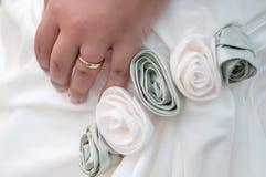 Aliança de casamento vestindo da mão da noiva Foto de Stock