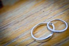 Alianças de casamento foto de stock