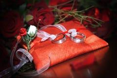 Alianças de casamento Fotos de Stock
