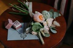 Alianças de casamento, cartão do convite e ramalhete bonito de madeira redonda interno Conceito da celebração e da união Recém-ca Fotos de Stock Royalty Free